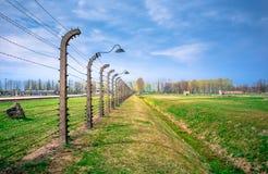 Fils barbelés électriques du patrimoine mondial nazi allemand de camp de concentration et d'extermination Auschwitz Birkenau images libres de droits