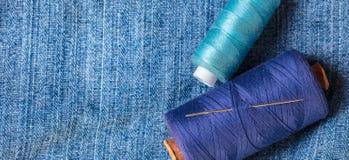 Fils bleus d'une veste de denim Image stock