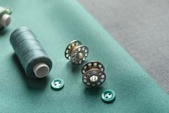 Fils, boutons et bobines sur le tissu, Photographie stock libre de droits