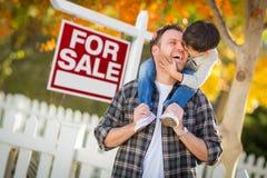 Fils chinois de jeune métis et père caucasien In Front de pour signe de vente Photos stock