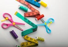 Fils, ciseaux et règle multicolores photographie stock