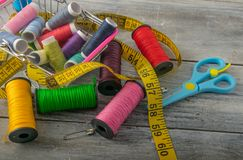 Fils, ciseaux et règle multicolores photographie stock libre de droits