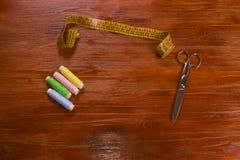 Fils, ciseaux, et ruban métrique colorés Photographie stock libre de droits