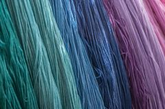 fils colorés de coton dans le tissu de textile Images libres de droits