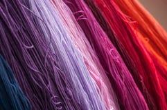fils colorés de coton dans le tissu de textile Image stock