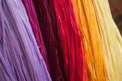 fils colorés de coton dans le tissu de textile Photographie stock