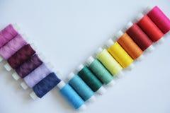 Fils colorés de couture Image stock