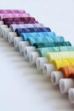 Fils colorés de couture Photographie stock
