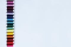 Fils colorés de couture Photographie stock libre de droits