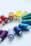 Fils colorés de couture Photo libre de droits