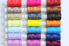 Fils colorés de couture Images stock