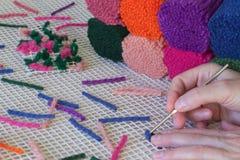 Fils colorés de laine pour les couvertures de tissage à la maison handmade images stock