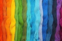 Fils colorés de métier de coton Photographie stock