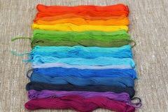 Fils colorés de métier de coton Photographie stock libre de droits