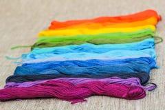 Fils colorés de métier de coton Images libres de droits