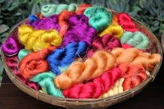 Fils colorés de soie thaïlandaise dans un plan rapproché de panier pour le fond Photographie stock