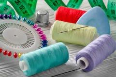 Fils colorés et bobine tous d'aiguille pour la couture Images libres de droits
