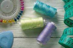 Fils colorés et bobine tous d'aiguille pour la couture Photographie stock
