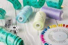 Fils colorés et bobine tous d'aiguille pour la couture Photographie stock libre de droits