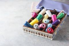 Fils colorés multi lumineux de fil de broderie Fond de couture de broderie faite main Photographie stock