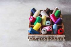 Fils colorés multi lumineux de fil de broderie Fond de couture de broderie faite main Image stock