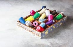 Fils colorés multi lumineux de fil de broderie Fond de couture de broderie faite main Photo stock