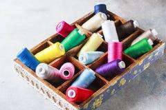 Fils colorés multi lumineux de fil de broderie Fond de couture de broderie faite main Image libre de droits