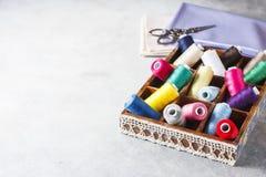 Fils colorés multi lumineux de fil de broderie Fond de couture de broderie faite main Photographie stock libre de droits