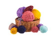 Fils colorés par boules d'isolement sur le fond, tricotage de laine Photos stock