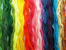 Fils colorés par coton pour la broderie Images stock