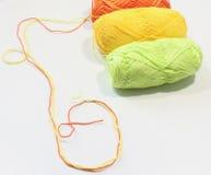 Fils colorés pour le tricotage Images libres de droits