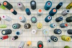 Fils colorés sur le plan rapproché de bobines, vue de côté Image stock