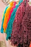 Fils colorés traditionnellement faits en lama et alpaga en montagnes des Andes près de Cusco, Pérou Photo stock