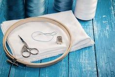 Fils dans des bobines avec le tissu blanc pour la broderie et la couture Photos libres de droits