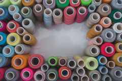 Fils dans le ruban métrique de bobines, la barre d'aiguille, l'aiguille et les ciseaux sur un fond blanc Image stock