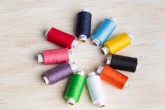Fils de bobines multicolores Vieux outils de couture sur le fond en bois Photographie stock