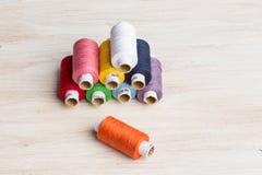 Fils de bobines multicolores Vieux outils de couture sur le fond en bois Images libres de droits