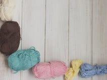 Fils de coton colorés sur le fond en bois blanc Copiez l'espace Photo stock
