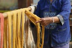 Fils de coton, couleur de teinture de soie naturelle et teignante, utilisant les matériaux naturels traditionnels, fil multicolor images stock