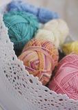 Fils de coton multicolores dans le panier blanc Photo libre de droits