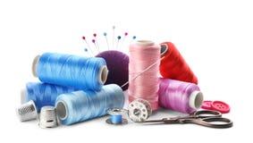Fils de couleur et accessoires de couture Photos stock