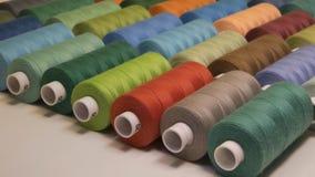 Fils de couture colorés dans des bobines, différentes couleurs Photo libre de droits