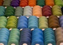 Fils de couture colorés dans des bobines, différentes couleurs Image libre de droits