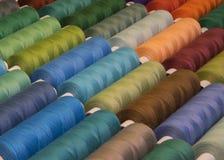 Fils de couture colorés dans des bobines, différentes couleurs Photos libres de droits