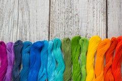 Fils de couture colorés pour la broderie sur le fond blanc Image libre de droits