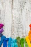 Fils de couture colorés pour la broderie sur le fond blanc Photos stock