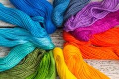 Fils de couture colorés pour la broderie sur le fond blanc Photo stock