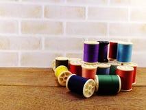 Fils de couture comme fin multicolore de fond  Images stock