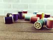 Fils de couture comme fin multicolore de fond  Photo libre de droits
