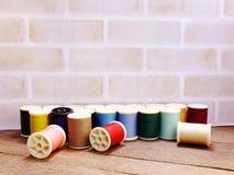 Fils de couture comme fin multicolore de fond  Photographie stock